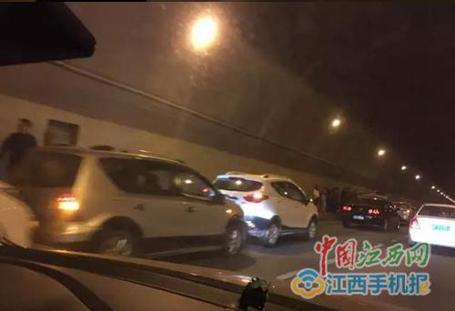 最新 厦蓉高速发生多车追尾事故导致交通拥堵2017 01 25来源 中国江西网